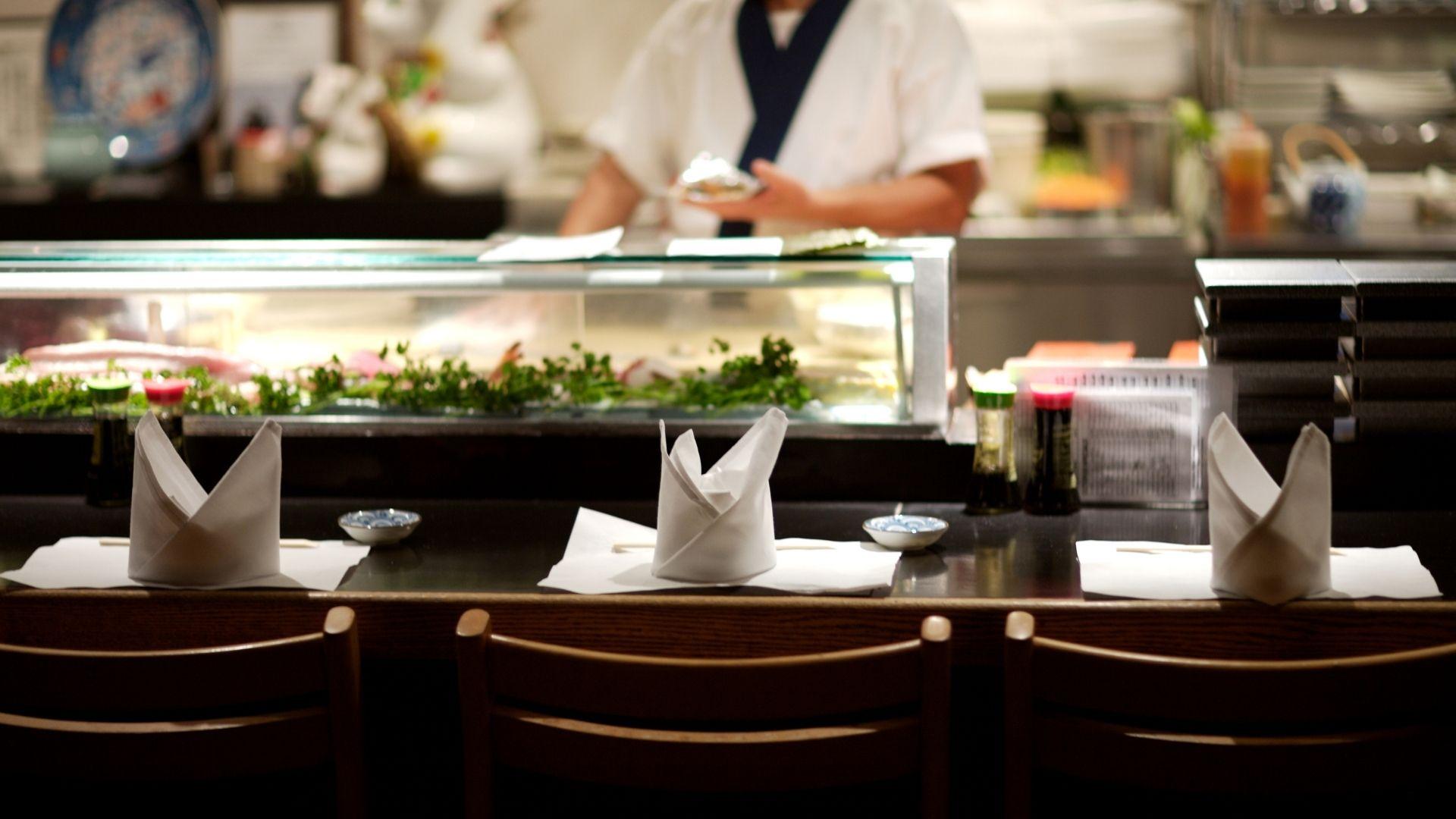 Típico restaurante sushi bar de Japón
