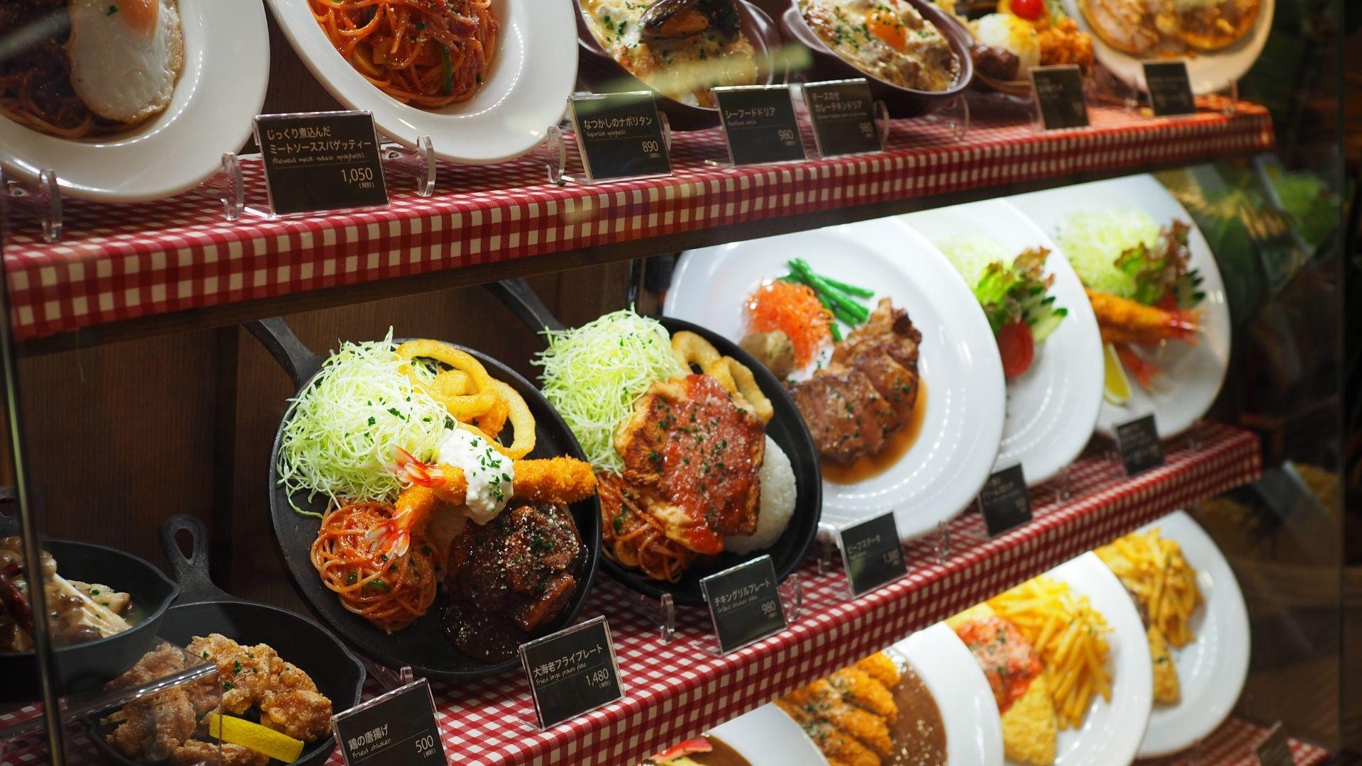 Exibidores de platos del menu en restaurante de Japón