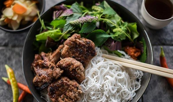 Bun Cha de Hanoi plato tradicional vietnamita