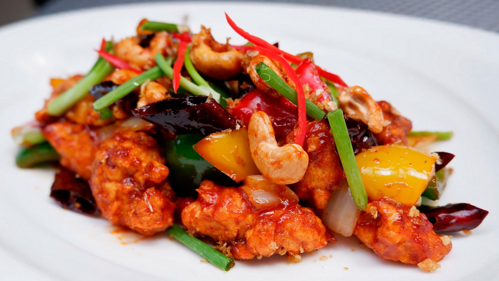 El Kai Phad Med Mamuang o salteado de pollo es un guiso con un producto muy tailandés